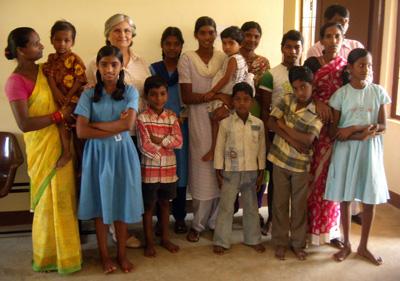 Grupo de refugiados con Rosa Mª Ferreiro