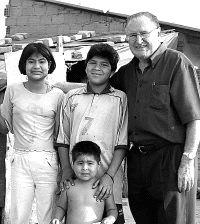 D. Nicolás Castellanos con niños