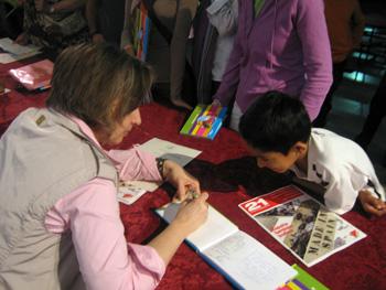 Carmen dedica el cuento a un niño