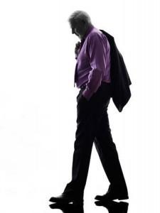 23960696-antecedentes-uno-de-raza-caucásica-de-negocios-mayor-hombre-tristeza-caminando-silueta-blanco