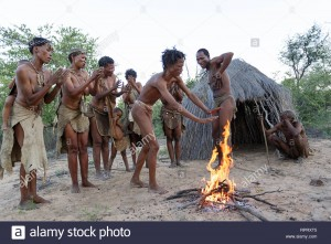 los-bosquimanos-san-gente-cantando-y-bailando-danzas-tradicionales-alrededor-del-fuego-delante-de-la-cabana-el-desierto-de-kalahari-namibia-africa-rprxt5